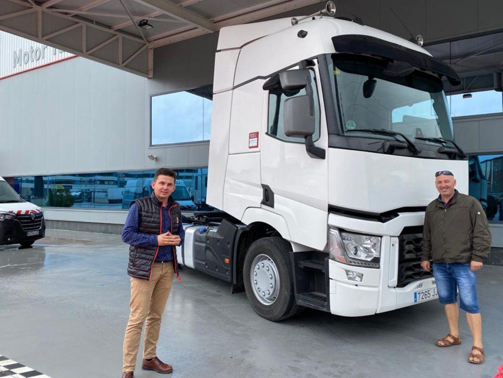 Entrega de un Renault Trucks T 520 a la empresa Vasilica Puscasu